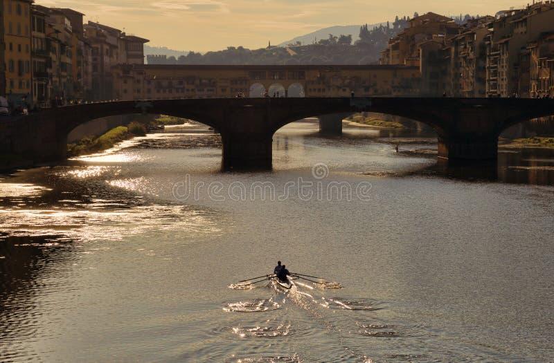 Enfileirando no rio de Arno em Florença, Itália imagens de stock