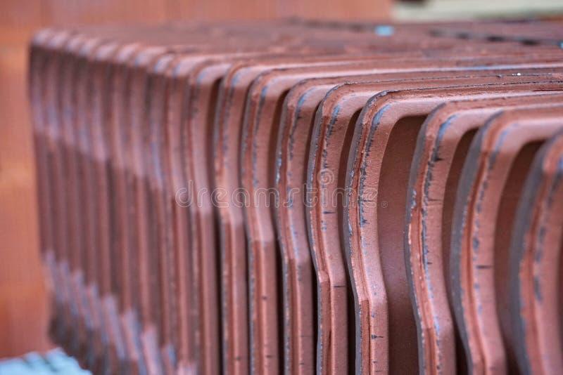 Enfileire as telhas de telhado ofclay, preparadas para sua inserção no canteiro de obras fotos de stock royalty free