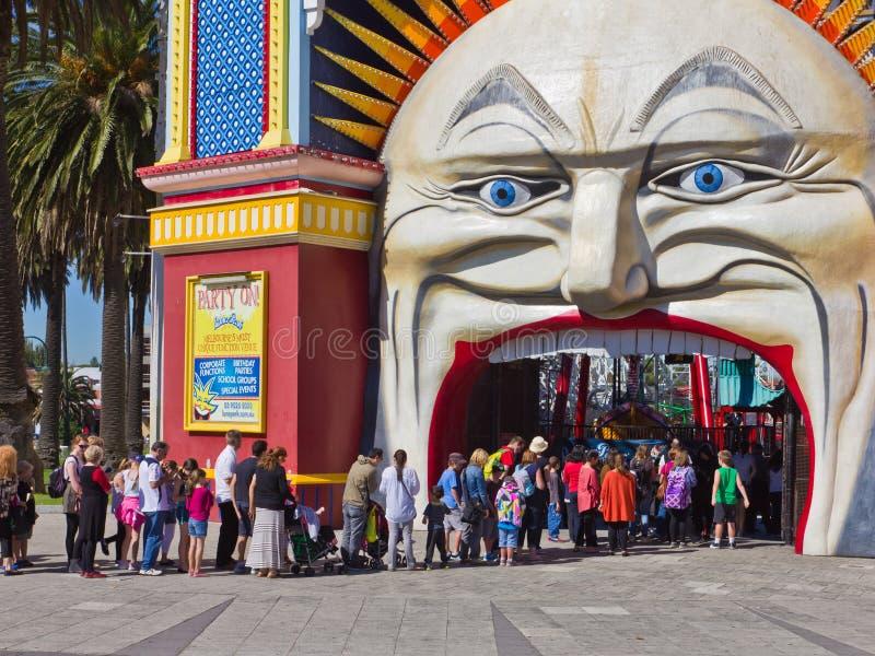 Enfileire para comprar bilhetes a Luna Park, Melbourne. foto de stock