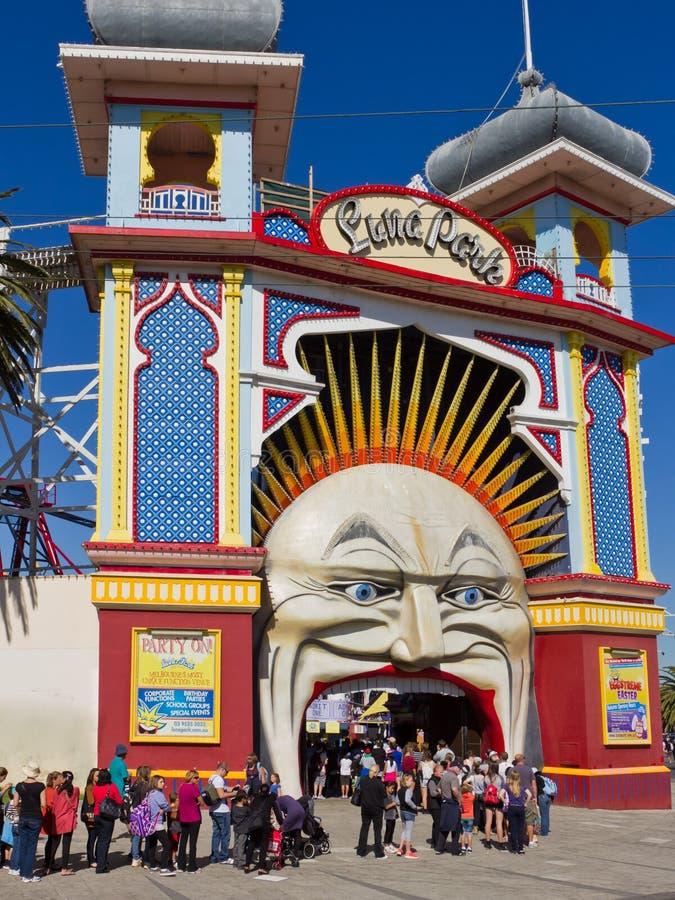 Enfileire para entrar em Luna Park, Melbourne. fotos de stock