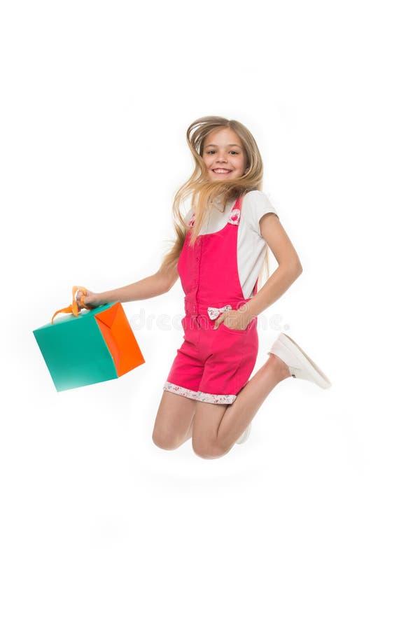 Enfin acheté lui L'adolescente mignonne de fille porte le panier tout en sautant Avantages de vente Vente d'été d'habillement ach photos libres de droits