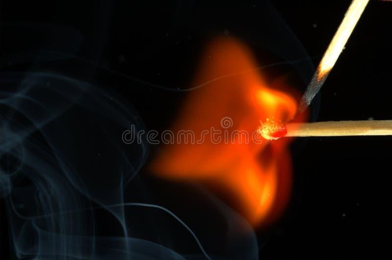 Enflammer l'allumette avec des filiments minces image stock