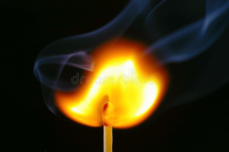 Enflammer l'allumette et la fumée photographie stock