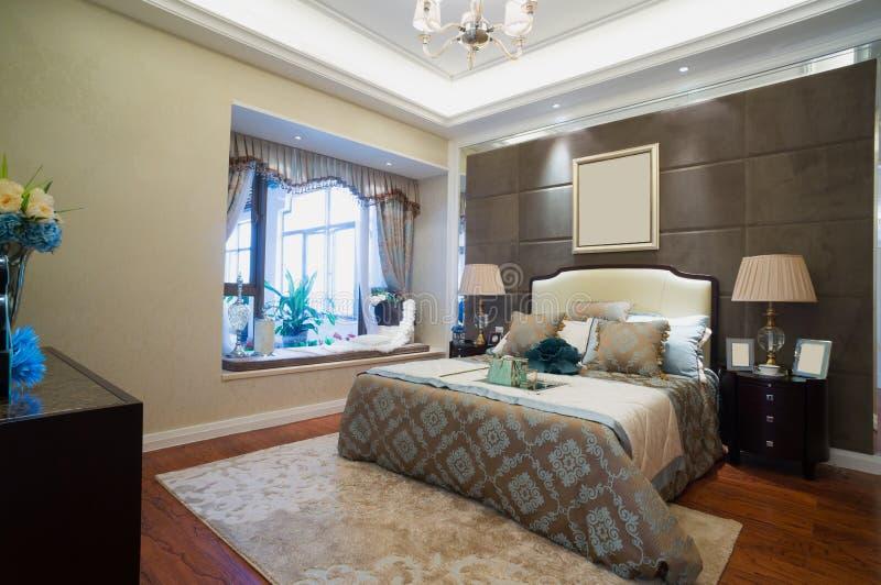 enfoncez le blanc de luxe de mur d'oreiller de nightstand de lampe de fragment de chambre à coucher images stock