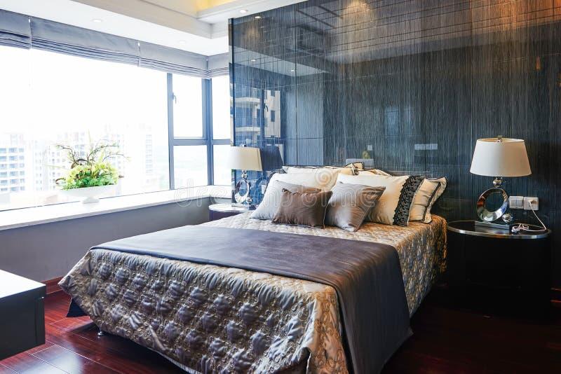 enfoncez le blanc de luxe de mur d'oreiller de nightstand de lampe de fragment de chambre à coucher image stock