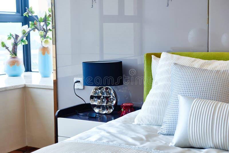 enfoncez le blanc de luxe de mur d'oreiller de nightstand de lampe de fragment de chambre à coucher photo stock
