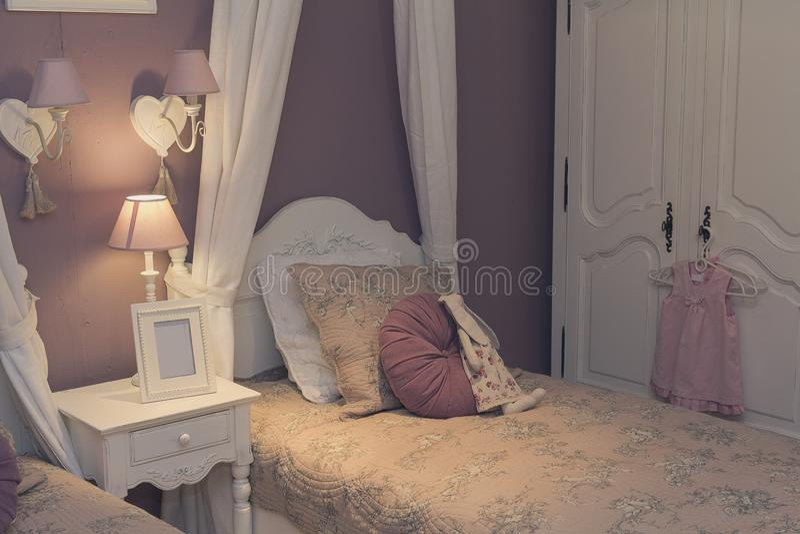 Enfoncez, le cabinet et les lumières dans la chambre à coucher du ` s d'enfants photo libre de droits