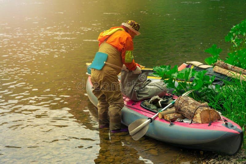 Enfoque algunas partes de los jóvenes están haciendo rafting en el río foto de archivo libre de regalías