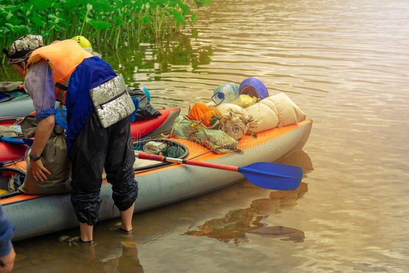 Enfoque algunas partes de los jóvenes están haciendo rafting en el río fotos de archivo libres de regalías
