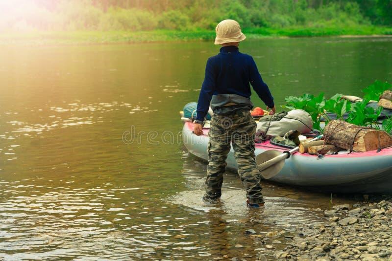 Enfoque algunas partes de los jóvenes están haciendo rafting en el río imágenes de archivo libres de regalías