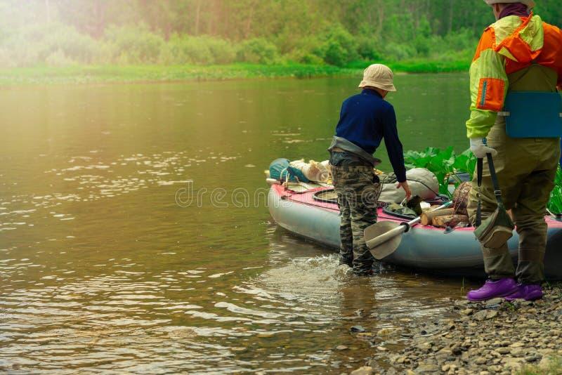 Enfoque algunas partes de los jóvenes están haciendo rafting en el río fotografía de archivo