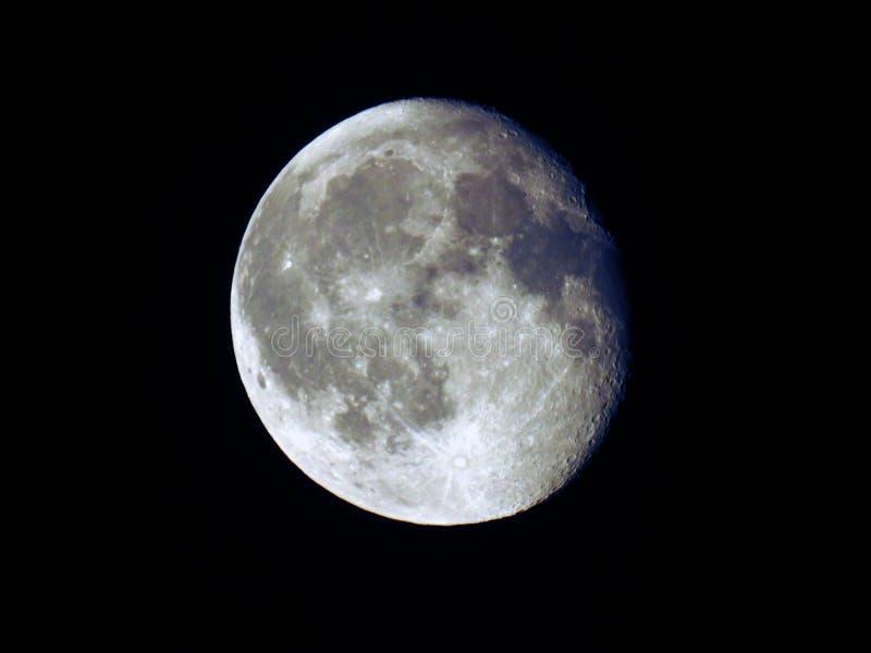 Enfraquecendo a lua Gibbous em um céu escuro imagem de stock royalty free