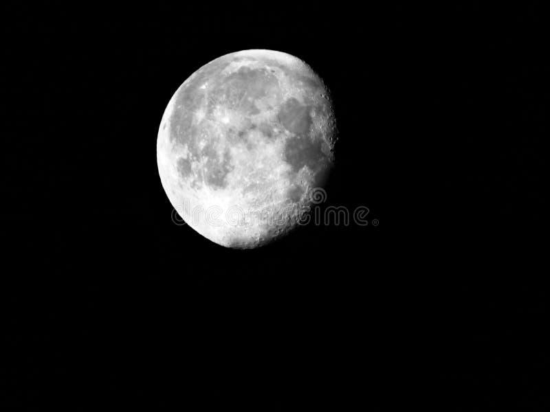 Enfraquecer-se da fase da lua Gibbous em 92% e quase completo imagem de stock