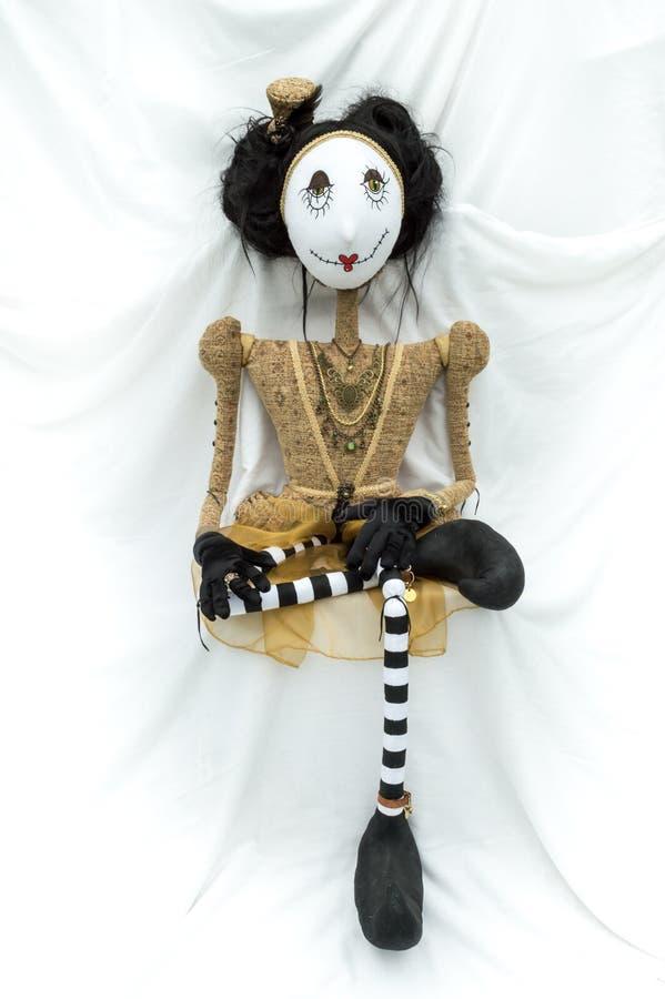 Enfrentar de assento da boneca assustador do steampunk para a frente Pé cruzado vertical fotografia de stock royalty free