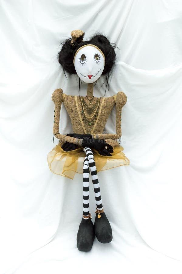 Enfrentar de assento da boneca assustador do steampunk para a frente Pés cruzados vertical imagens de stock royalty free