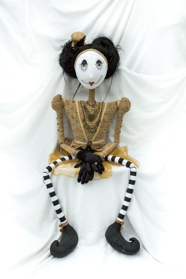 Enfrentar de assento da boneca assustador do steampunk para a frente Pés distante vertical fotografia de stock royalty free