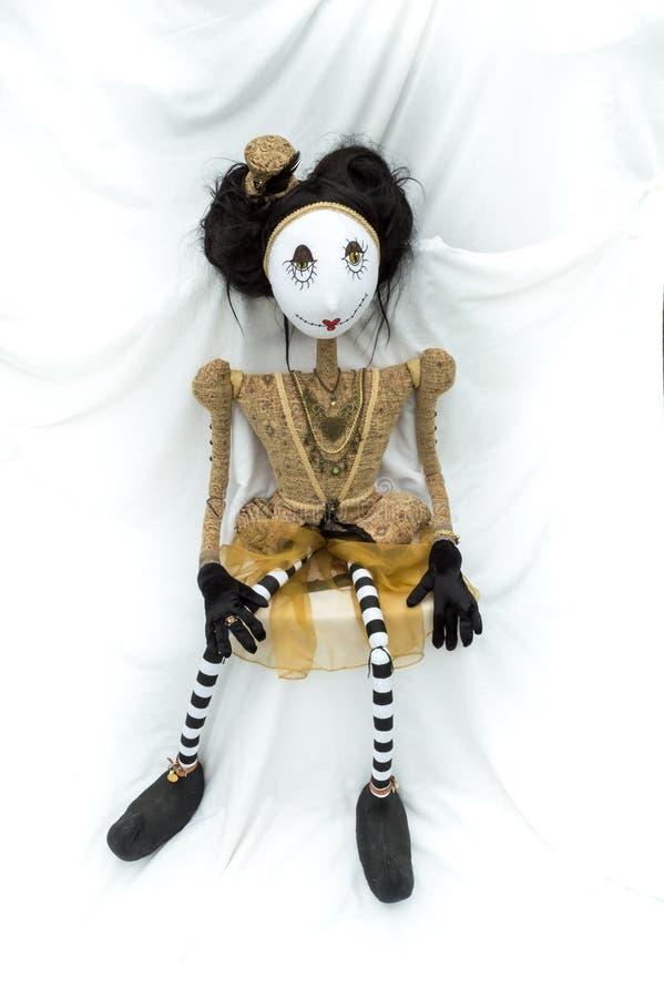 Enfrentar de assento da boneca assustador do steampunk para a frente Pés distante vertical imagem de stock royalty free