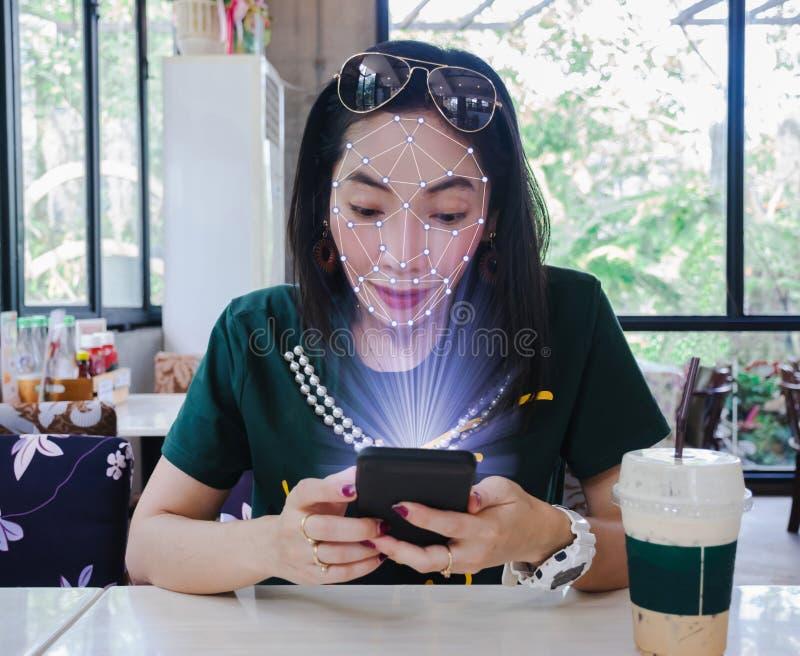 Enfrente mulheres tecnologia exata esperta dos sistemas de aprendizagem do telefone da varredura e da máquina fotografia de stock