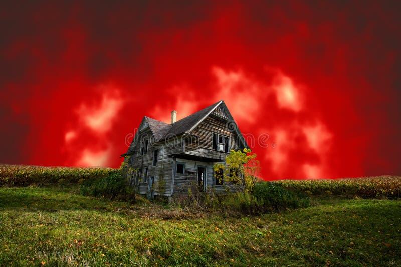 Eng Achtervolgd Halloween-Huis met Kwade Rode Hemel royalty-vrije stock afbeeldingen