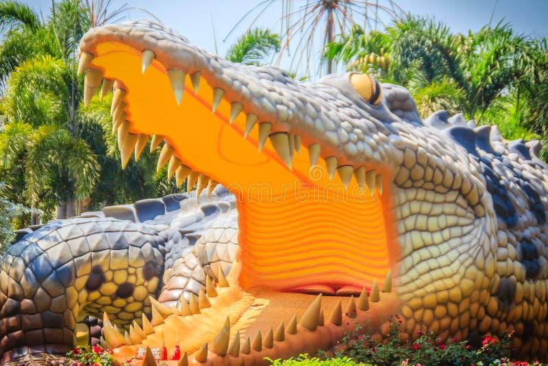 Eng Chalawan-krokodilstandbeeld bij Bueng-Si Fai, het openbare park met meer bij Muang-district, Pichit-provincie, Thailand Chala stock fotografie