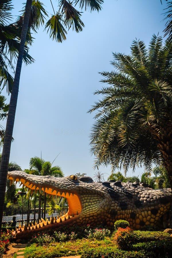 Eng Chalawan-krokodilstandbeeld bij Bueng-Si Fai, het openbare park met meer bij Muang-district, Pichit-provincie, Thailand Chala royalty-vrije stock afbeelding