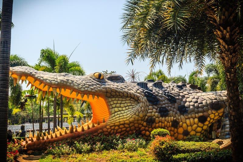 Eng Chalawan-krokodilstandbeeld bij Bueng-Si Fai, het openbare park met meer bij Muang-district, Pichit-provincie, Thailand Chala royalty-vrije stock afbeeldingen