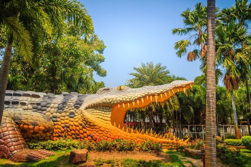Eng Chalawan-krokodilstandbeeld bij Bueng-Si Fai, het openbare park met meer bij Muang-district, Pichit-provincie, Thailand Chala stock foto
