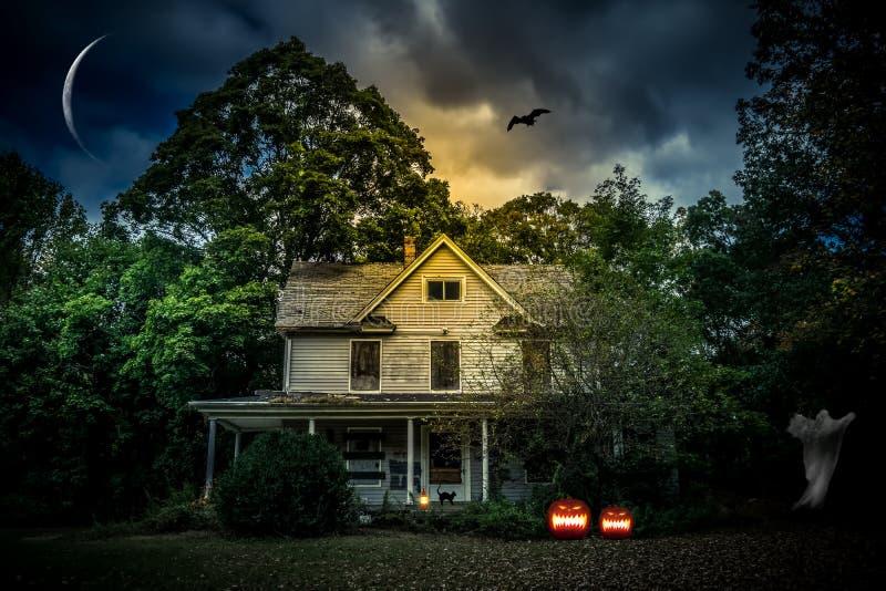 Eng Halloween-Huis met Jack ` O Lantaarns op Halloween-nacht royalty-vrije stock afbeeldingen