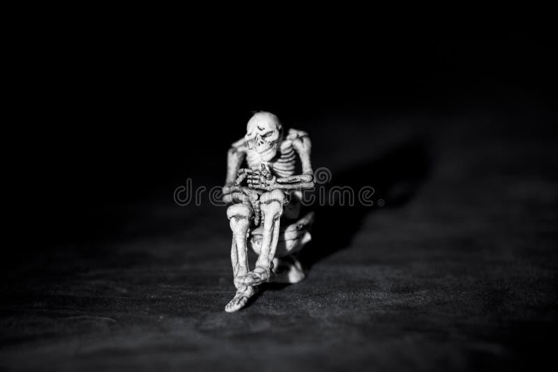 Eng Halloween Silhouet van een skelet in dark stock foto's
