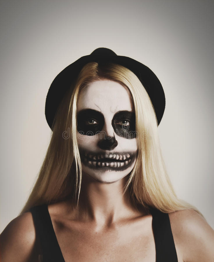 Eng Halloween-Skeletmeisje op Witte Achtergrond royalty-vrije stock fotografie