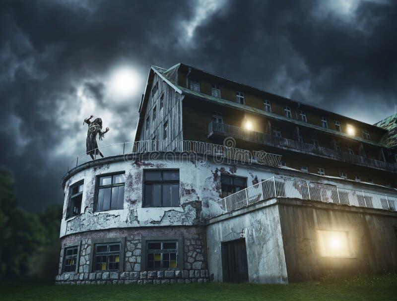 Eng zombiemeisje op een balkon van het griezelige huis stock fotografie