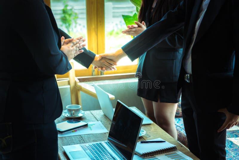 Engagement de confiance d'affaires qui associés tenant des mains photo stock