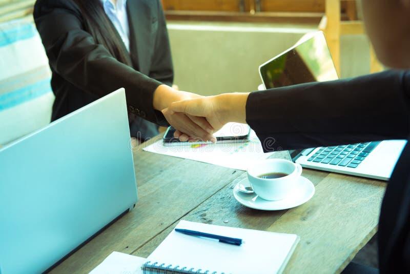 Engagement de confiance d'affaires qui associés tenant des mains images libres de droits
