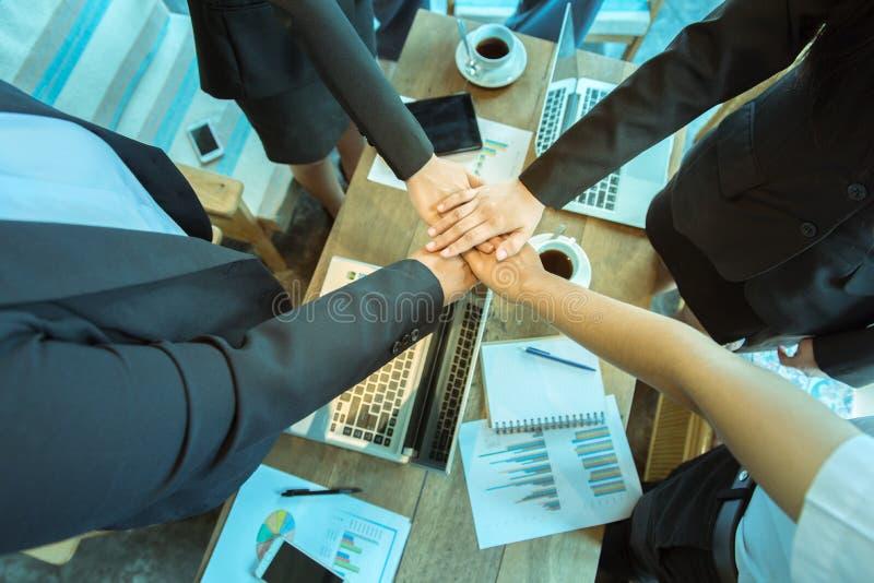 Engagement de confiance d'affaires qui associés tenant des mains image libre de droits
