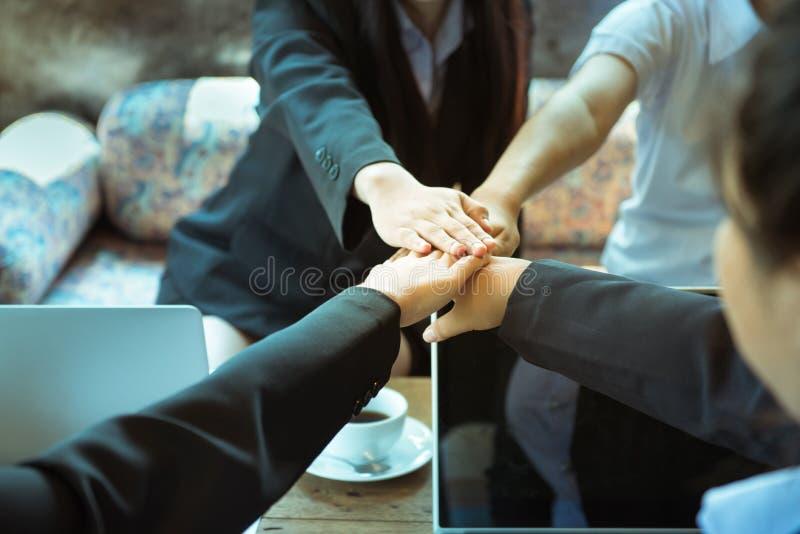 Engagement de confiance d'affaires qui associés tenant des mains images stock