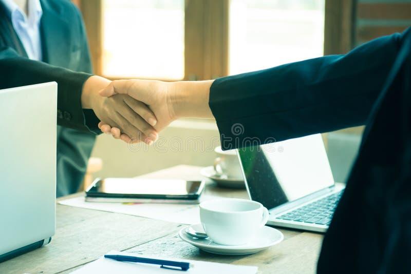 Engagement de confiance d'affaires qui associés tenant des mains photo libre de droits