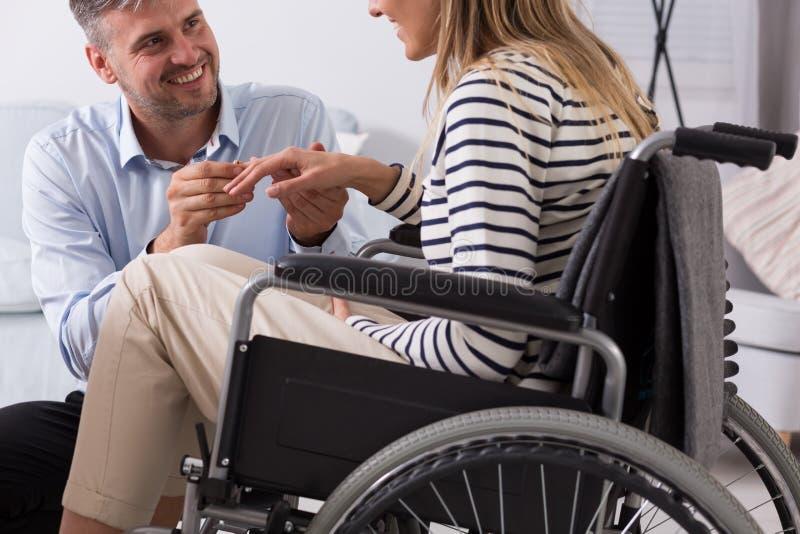 Engagement des femmes sur un fauteuil roulant photographie stock