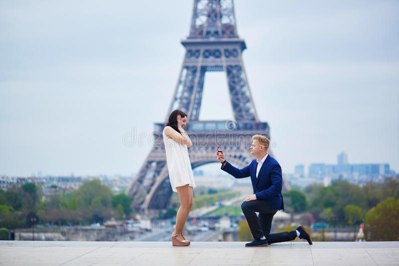 Engagement romantique à Paris photo stock