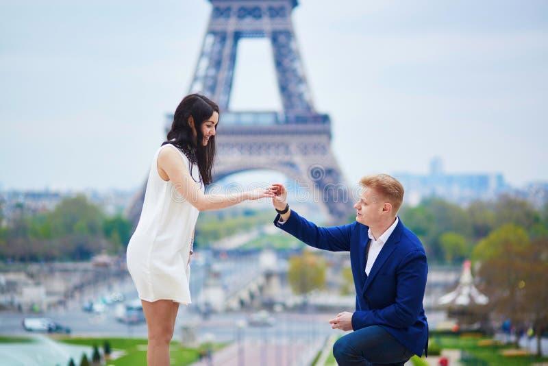 Engagement romantique à Paris photos libres de droits