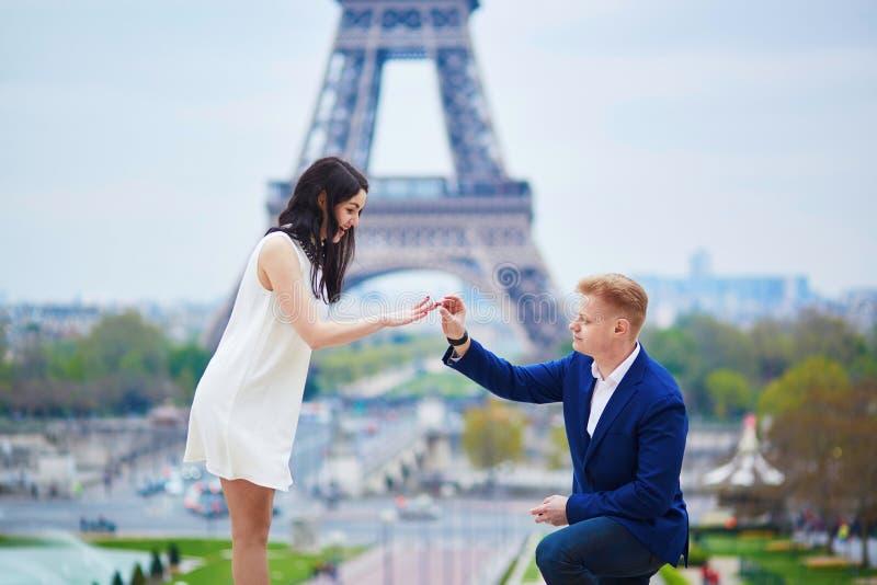 Engagement romantique à Paris image libre de droits