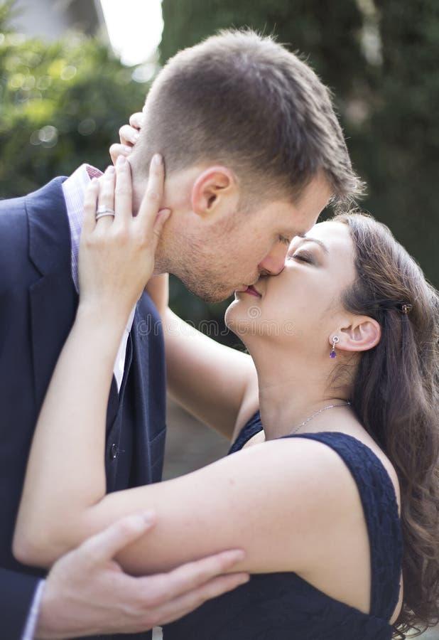 Engagierte Paare stockfoto