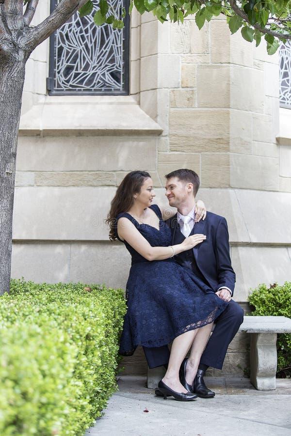 Engagierte Paare außerhalb einer Kirche lizenzfreies stockbild