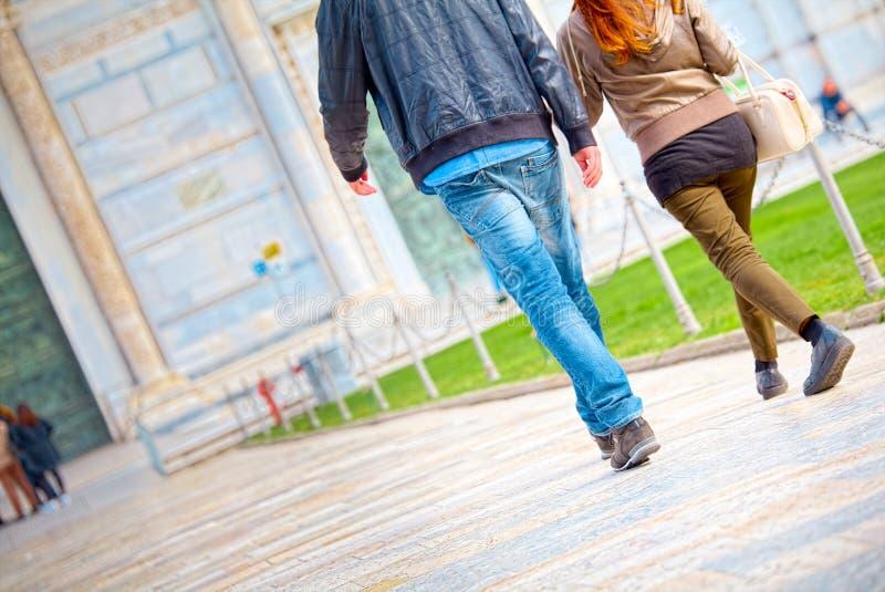 Engagierte Paare auf der Kathedralenstraße in Pisa stockbilder