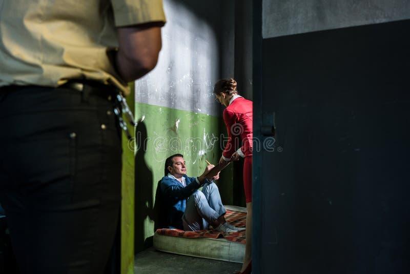 Download Engagierter Weiblicher Rechtsanwalt, Der Einen Jungen Insassen In Einem Veralteten Besucht Stockbild - Bild: 100021941