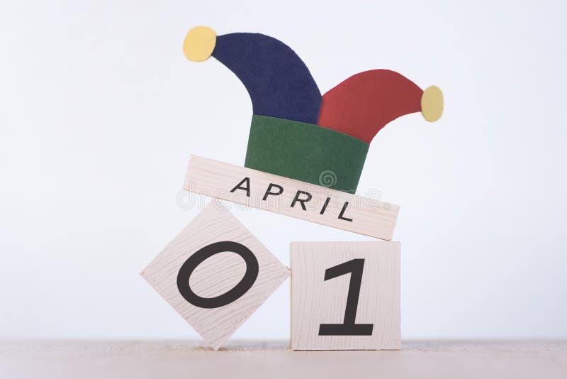 Engana o dia do `, data o 1º de abril no calendário de madeira fotos de stock royalty free