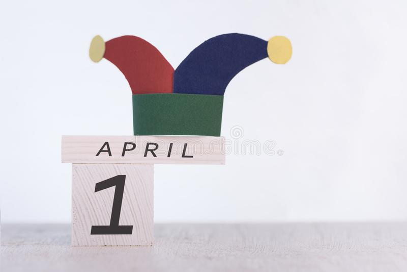 Engana o dia do `, data o 1º de abril no calendário de madeira fotografia de stock royalty free