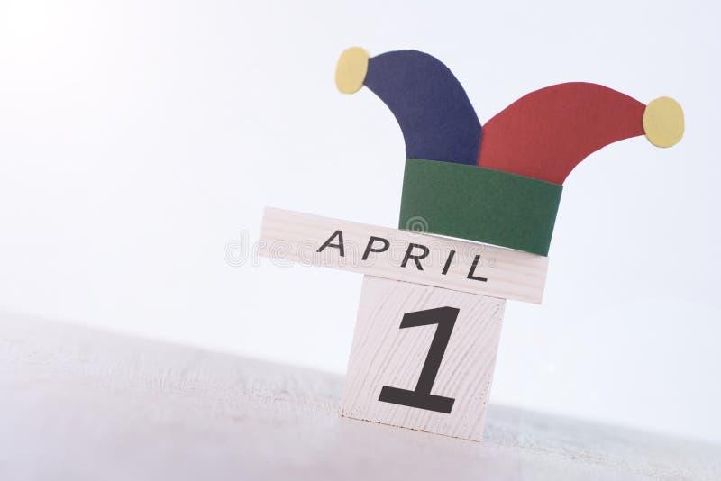 Engana o dia do `, data o 1º de abril no calendário de madeira fotos de stock