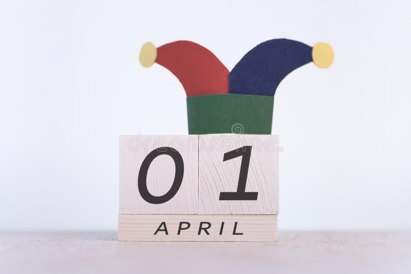 Engana o dia do `, data o 1º de abril no calendário de madeira fotografia de stock