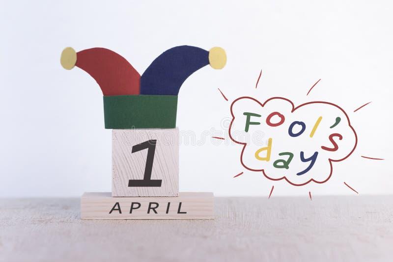 Engana o dia do `, data o 1º de abril no calendário de madeira foto de stock royalty free