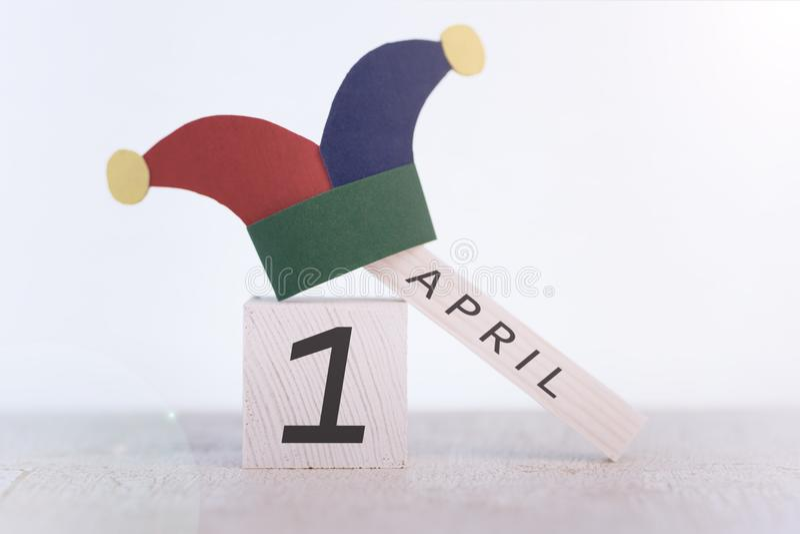 Engana o dia do `, data o 1º de abril no calendário de madeira imagens de stock
